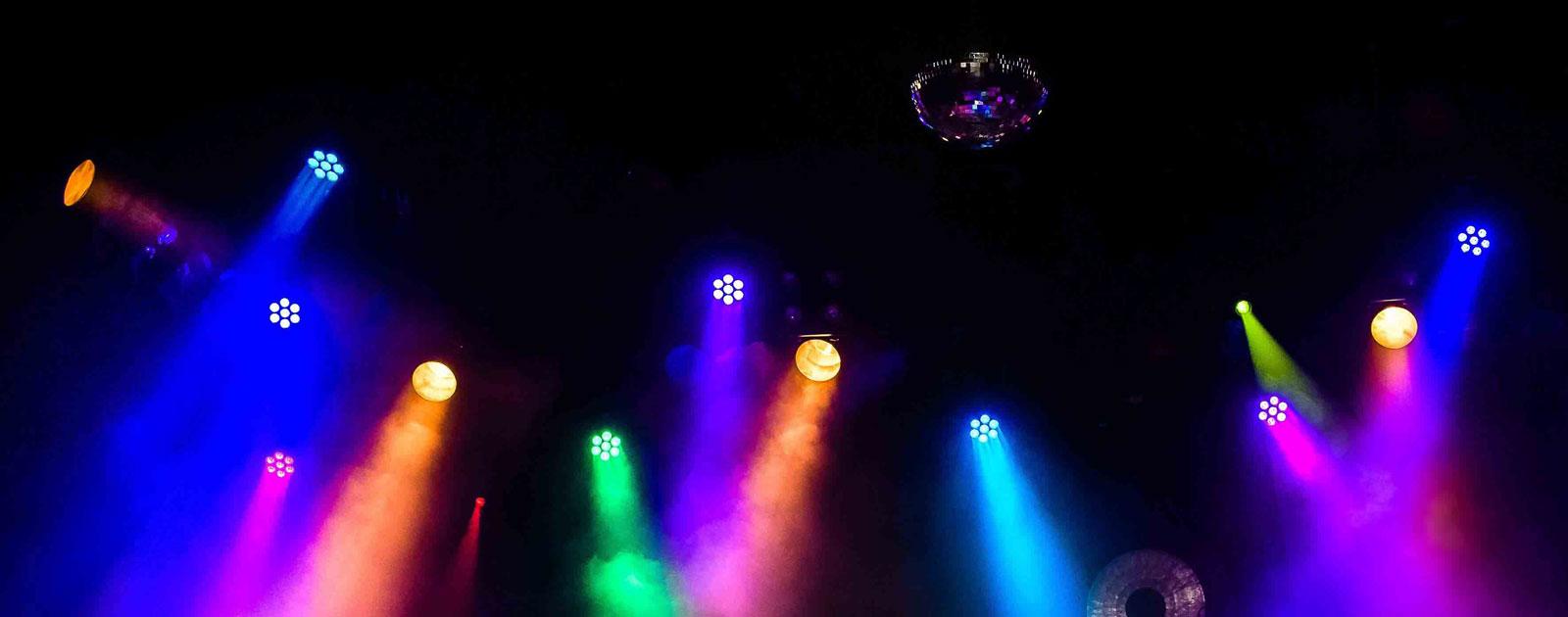 Farbige Scheinwerfer bei einem Konzert